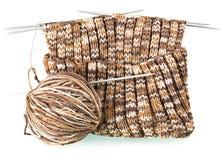 Teste padrão de confecção de malhas com uma bola do fio e das agulhas Foto de Stock Royalty Free