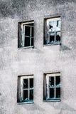 teste padrão de construção abandonado da arquitetura com janelas quebradas Fotografia de Stock Royalty Free