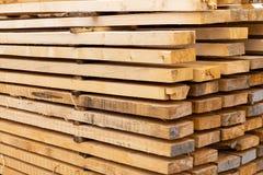 Teste padrão de construção seco dobrado do projeto dos materiais de construção da pilha do pinho da placa paralela alta fotografia de stock