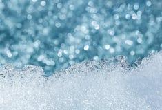 Teste padrão de derretimento gelado da neve com luzes borradas foto de stock