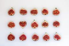 Teste padrão de figos maduros cortados sob a forma do retângulo com o coração isolado no fundo branco Ilustração do fruto Aliment fotos de stock royalty free