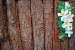 Teste padrão de flor bonito na madeira do fundo das paredes Imagens de Stock Royalty Free
