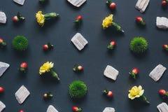 Teste padrão de flor no fundo escuro Fotografia de Stock Royalty Free