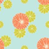 Teste padrão de flores coral e verde-amarelo em um Backgrou azul pastel Imagens de Stock