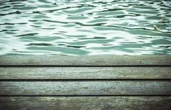Teste padrão de madeira da placa com superfície da água Imagens de Stock