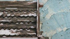 Teste padrão de madeira do telhado com descascamento da pintura branca em Te pintado áspero foto de stock