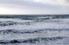 Teste padrão de ondas grandes no mar no céu nebuloso Fotos de Stock Royalty Free