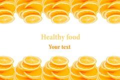 Teste padrão de repetir pilhas de laranjas cortadas em um fundo branco Pilha das fatias de laranja suculenta Isolado Fruto decora Imagem de Stock