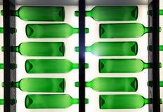 Teste padrão decorativo de garrafas de vidro verdes Imagens de Stock Royalty Free