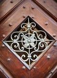 Teste padrão decorativo do metal no frame de madeira Fotos de Stock