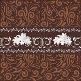 Teste padrão decorativo sem emenda de Brown com as flores brancas para o projeto Fotografia de Stock