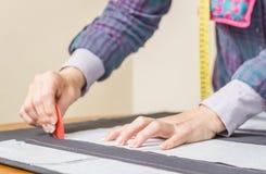 Teste padrão do alfaiate do projeto da costureira na tabela imagens de stock
