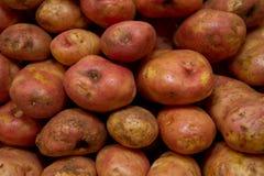 Teste padrão do alimento dos vegetais crus das batatas no mercado Imagens de Stock Royalty Free