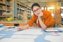 Teste padrão do desenho do desenhista das mulheres da forma da confiança imagens de stock