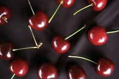 Teste padrão do fruto da cereja no fundo preto Fotos de Stock
