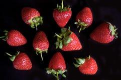 Teste padrão do fruto da morango no fundo preto Imagens de Stock Royalty Free