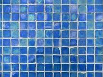 Teste padrão do fundo da turquesa e de telhas de vidro azuis foto de stock