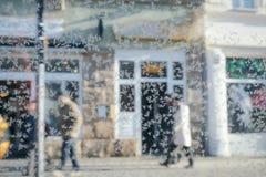 Teste padrão do gelo em um vidro no fundo da rua foto de stock