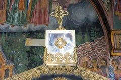 Teste padrão do ouro do altar no templo do monastério de Troyan em Bulgária Fotografia de Stock