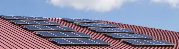 Teste padrão do painel solar na telha de telhado vermelha Foto de Stock