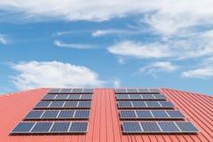 Teste padrão do painel solar na telha de telhado vermelha Imagens de Stock Royalty Free