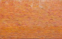 Teste padrão do telhado do tijolo sobre o templo tailandês na província de Phrae Fotografia de Stock