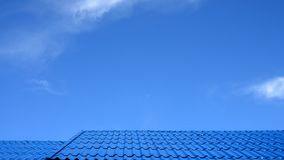 Teste padrão do telhado no céu azul Fotos de Stock