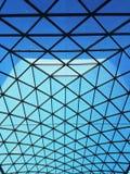 Teste padrão do triângulo na estrutura de telhado de vidro fotos de stock
