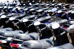 Teste padrão do 'trotinette' das bicicletas em alugar a loja fotografia de stock royalty free
