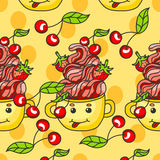 Teste padrão doce sobremesa com morangos, cerejas e creme em uma caneca Imagens de Stock