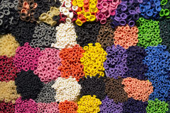 Teste padrão dos bocais coloridos do balão do látex organizados por cores como Imagem de Stock