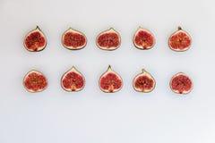 Teste padrão dos figos maduros cortados sob a forma do retângulo isolados no fundo branco Ilustração do fruto Foto do alimento li fotografia de stock