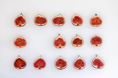 Teste padrão dos figos maduros cortados sob a forma do retângulo isolados no fundo branco Ilustração do fruto Foto do alimento li imagem de stock