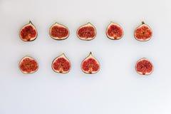 Teste padrão dos figos maduros cortados sob a forma do retângulo isolados no fundo branco Ilustração do fruto Foto do alimento li fotos de stock royalty free