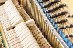 Teste padrão dos martelos e das cordas dentro do piano Imagem de Stock