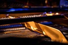 Teste padrão dos martelos e das cordas dentro do piano, fim acima Um humme Foto de Stock