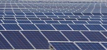 Teste padrão dos painéis solares em um central elétrica da energia solar Imagens de Stock