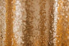 Teste padrão dourado do brilho do fundo do sumário da lantejoula foto de stock