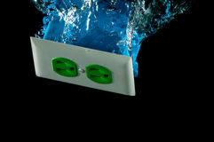 Teste padrão elétrico do respingo da tomada na água fotografia de stock