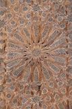 Teste padrão elaborado da textura da estrela na porta de madeira da mesquita no fez, Marrocos, Norte de África imagens de stock