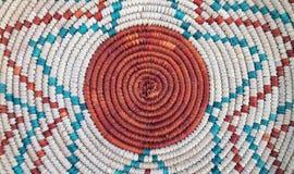 Teste padrão em uma cesta tecida colorida foto de stock