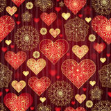 Teste padrão escuro do Valentim com corações brilhantes do vintage do vermelho e do ouro Fotos de Stock