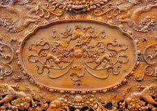 Teste padrão excelente da escultura na mobília de madeira Imagens de Stock