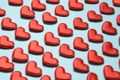 Teste padrão feito de corações vermelhos no azul Coração no estilo isométrico Cartão do `s do Valentim fotos de stock royalty free