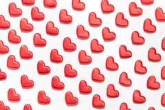Teste padrão feito de corações vermelhos no branco Coração no estilo isométrico Cartão do `s do Valentim imagem de stock royalty free
