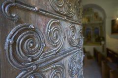 Teste padrão feito do ferro forjado em uma porta de madeira Imagem de Stock Royalty Free