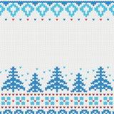 Teste padrão feito malha feito a mão do fundo com árvores de Natal e flocos de neve, ornamento escandinavos Fotos de Stock Royalty Free