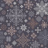 Teste padrão feito malha sem emenda com os flocos de neve cinzentos, bege e brancos Fotos de Stock