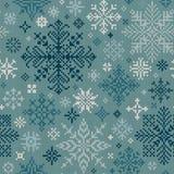 Teste padrão feito malha sem emenda do branco e dos flocos de neve de turquesa Imagens de Stock Royalty Free