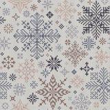 Teste padrão feito malha sem emenda dos flocos de neve cinzentos e bege Fotos de Stock Royalty Free